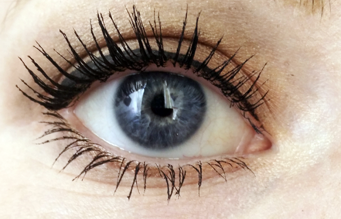 catrice-luxury-lashes-waterproof-volume-mascara swatch